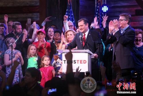 """當地時間3月1日,美國總統大選黨內初選""""超級星期二""""在多州同時展開,在黨代表票數最多的得克薩斯州,參議員克魯茲以43.7%的得票率主場擊敗競選對手特朗普和魯比奧。圖為克魯茲當晚在休斯敦的觀票會上發表獲勝感言,感謝得州的支援者。"""
