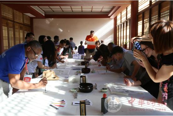 外方院长们体验书法描绘古琴谱(吴岗智 摄)-孔子学院外方院长研修