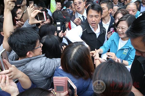 """蔡英文菜市场扫街爆冲突 民众抗议竟被绿粉骂""""用爬的"""""""